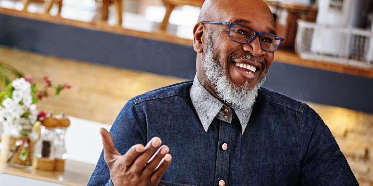 Man die een varifocale bril zonder bijbetaling draagt