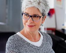 Vrouw is tevreden met nieuwe gehoorapparaat door vergoeding zorgverzekeraar